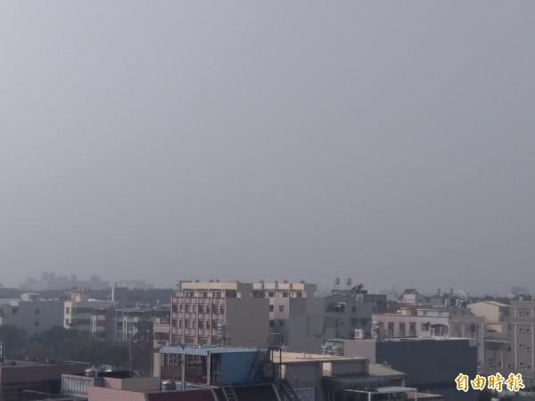 嘉義空氣品質今早亮紅燈,霧茫茫。(記者王善嬿攝)
