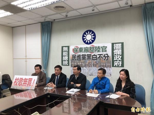 立法院国民党团偕国民党副主席郝龙斌召开记者会,呼吁解冻陆军官校预算。(记者陈昀摄)