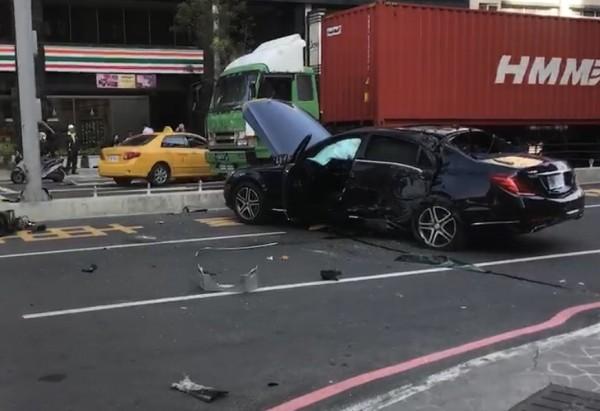 被衝撞損壞的賓士車。(記者洪定宏翻攝)