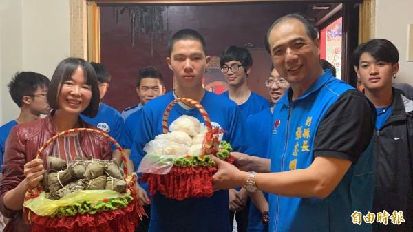 副縣長張志明(右)代表順天宮送包子、粽子給東中考生。(記者張存薇攝)