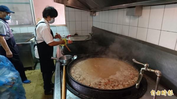 志工動用三口大鍋,兩天要煮100大鍋以上。(記者楊金城攝)