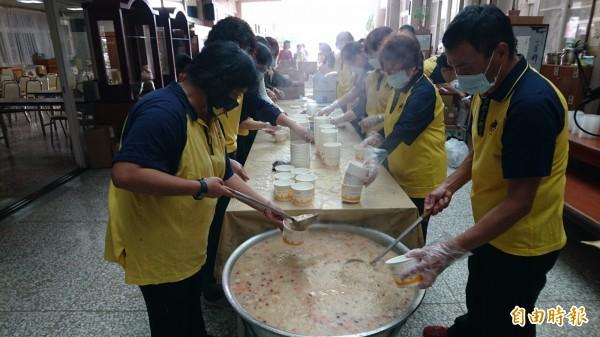 佛光山新營講堂在佛陀成道日時分享臘八粥連續28年舉行,今出動100位以上志工今天凌晨3點半到講堂煮臘八粥。(記者楊金城攝)