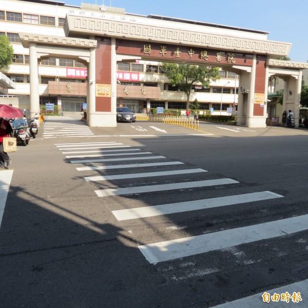 疑似思覺失調的男子昨天晚上10點多站在國軍總醫院路口,很多車輛急閃避,民眾懷疑要製造假車禍。(記者蘇金鳳攝)