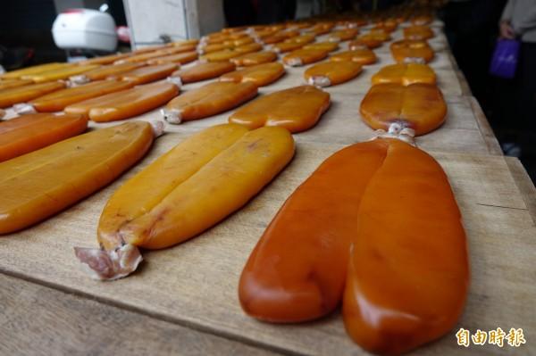 鹿港烏魚子特色就是保有一小塊烏魚肉。(記者劉曉欣攝)