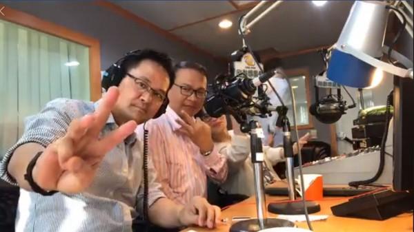 王義川(左2)接受電台訪問時,向聽眾說明「學貸延後10年還款」政見。(圖由王義川競選總部提供)