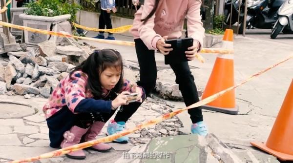 花蓮明禮國小在震後,迅速投入災後復建,老師更將復建工程變課程,帶領孩子學習認識地震,並用相機觀察記錄,拍下「惡鄰傑作」。(記者王峻祺翻攝)
