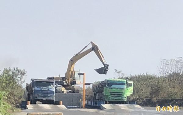 高屏溪流域疏濬計畫啟動,里港鄉開始出料。(記者羅欣貞攝)