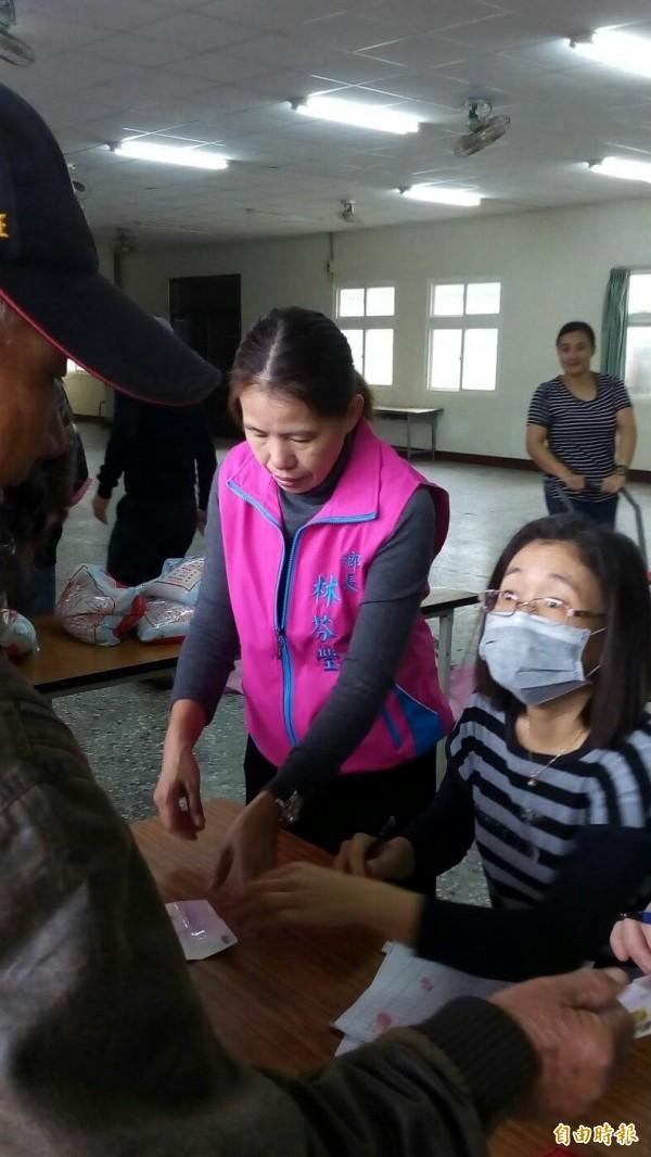 台西鄉長林芬瑩(左)協助發放白米。(記者林國賢攝)