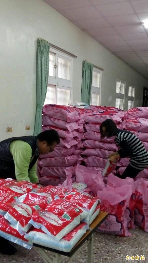 不願透露身分的旅北鄉親捐贈白米助弱勢。(記者林國賢攝)