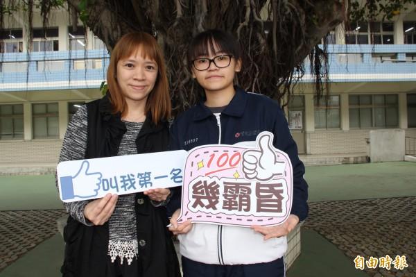 育達高中葉沛嫻(右)家境清寒,3年苦讀成績優秀,獲成大青睞,透過特殊選才招生,錄取入學分數僅次醫學系的「不分系學士班」。(記者許倬勛攝)
