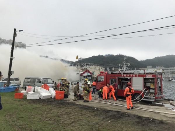 八斗子漁港內德祥6號漁船船尾陷入一片火海,火勢猛烈。基隆市消防局獲報出動中正等3分隊搶救。