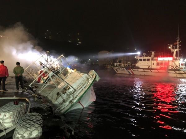德祥6號漁船今天下午火燒船,船尾陷入火海,基隆市消防局獲報出動中正等3分隊搶救,一度控制火勢,但晚間6點50分悶燒的船體再度復燃,消防員持續灌救中。(記者林嘉東翻攝)
