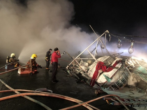 德祥6號漁船晚間6點50分悶燒的船體再度復燃,消防員持續灌救中。(記者林嘉東翻攝)