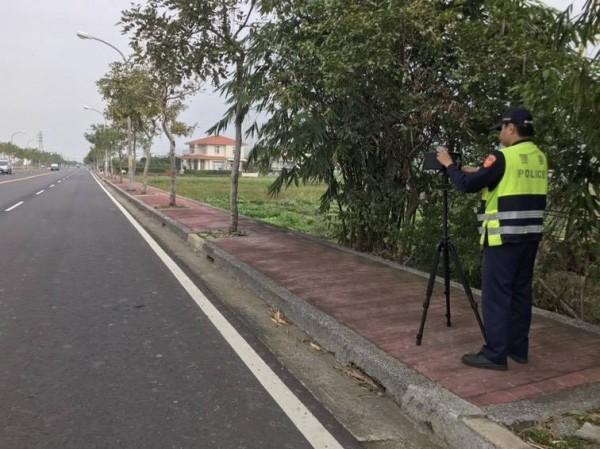 苗栗警分局轄區近日接連發生嚴重交通事故,警方將針對轄內道路寬敞筆直、車速易過快、易肇事路段,規劃機動式測速相機加強超速取締勤務。(圖由警方提供)