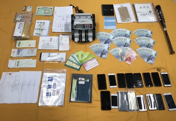 警方查獲傳播公會的證物。(記者林宜樟翻攝)