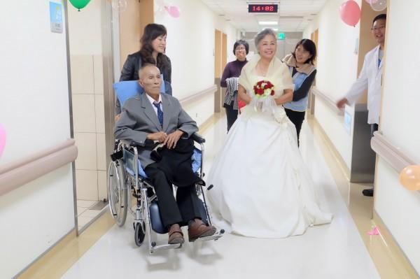 王金泉換上西裝,黃月花喜穿婚紗,昨天在安寧病房完婚。(羅東博愛醫院提供)