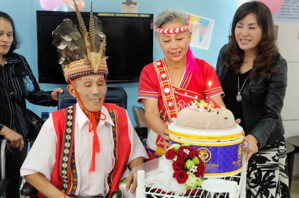 王金泉(左)與黃月花(右2)昨天在安寧病房完婚。(羅東博愛醫院提供)