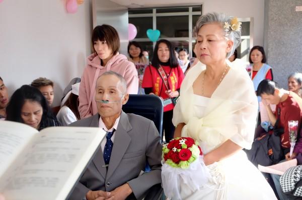 66歲阿美族原住民王金泉王金泉(左)與相知相惜20多年、63歲的黃月花(右),昨天在安寧病房完婚。(羅東博愛醫院提供)