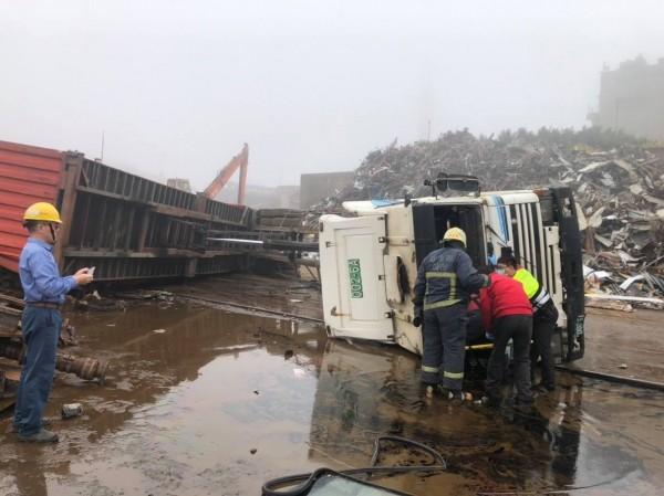 大貨車傾卸廢鐵貨料時,車斗升起後,重心不穩翻覆。(記者彭健禮翻攝)