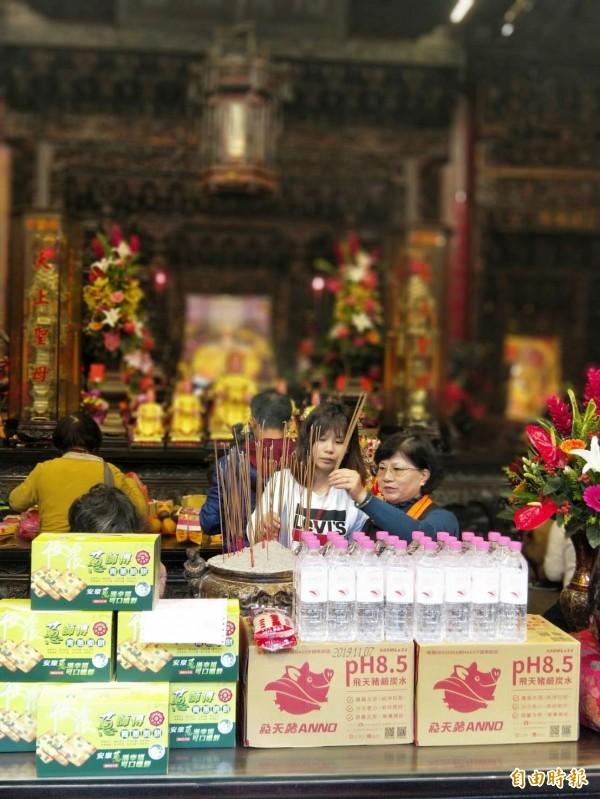 大安區農會於鎮瀾宮祈求媽祖庇佑非洲豬瘟不要進入台灣。(記者張軒哲攝)