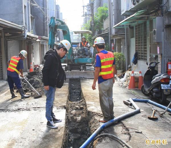 連城路139巷住戶埋設新水管,總算解決多年漏水缺水之苦。(記者翁聿煌攝)