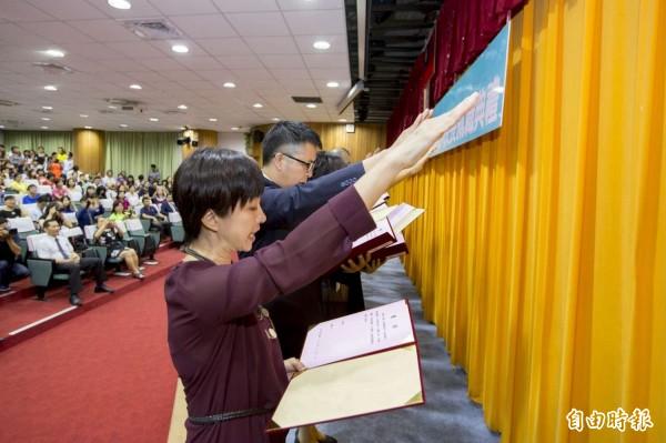 不會受縣市首長換人影響,新竹市的國中小學校長遴選仍維持每年2次,教育處也尊重各校遴選委員會和校園自主精神。圖為校長宣誓就職情形。(記者洪美秀攝)