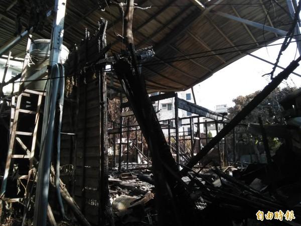 彰化市「南郭郡守官舍群」的2棟木造老屋日前遭大火焚毀,現場剩下一片廢墟。(記者林良哲攝)
