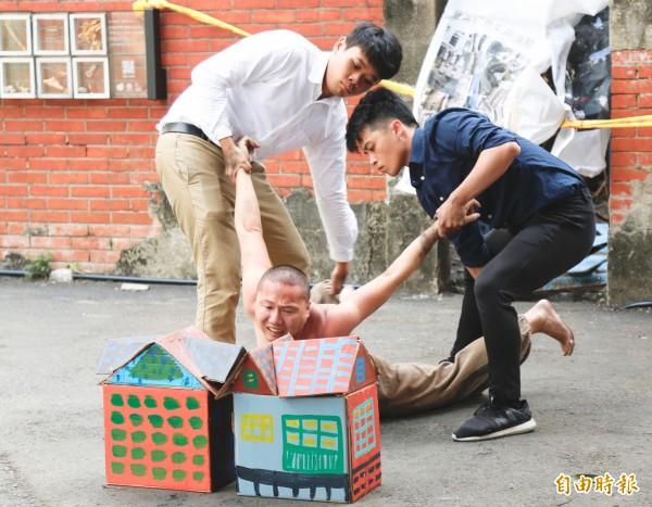「活化公有老屋行動小組」成員以舞蹈方式演繹,描述老屋遭焚毀,人們惋惜難過的心情。(記者林良哲攝)