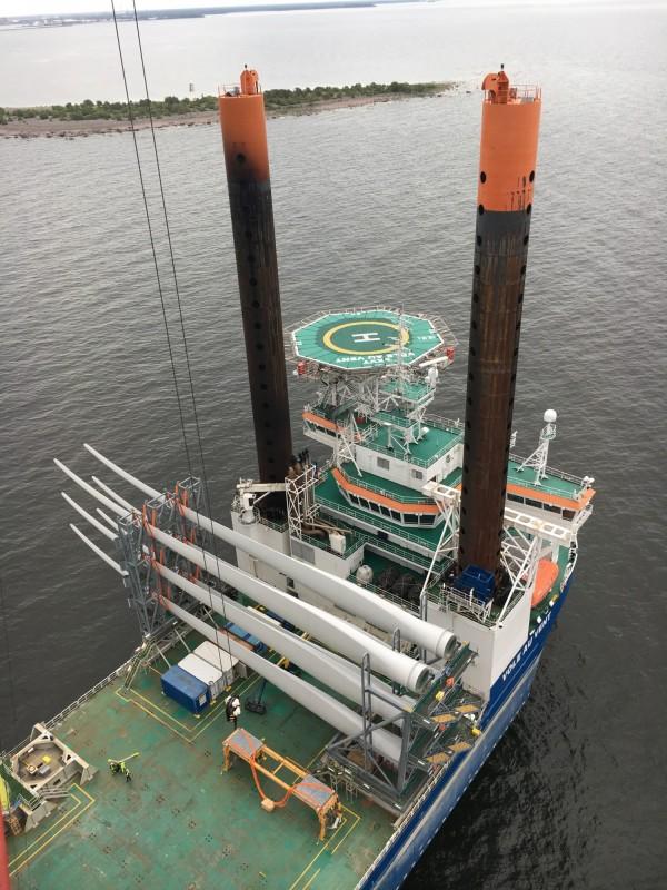 外資觀望彰化風場規劃,圖為比利時海上風電總包商(EPC)架設風機情形。(海洋重工提供)