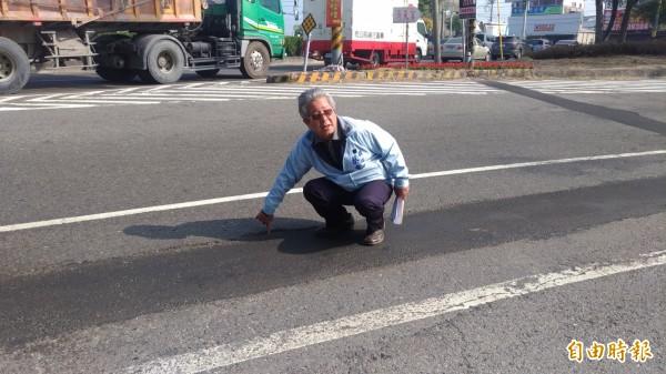 雲林縣議員蔡東富要求縣府管控施工品質,尤其是路面差,避免影響機車行車安全。(記者廖淑玲攝)