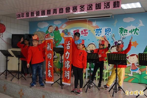 錦湖國小學生表演木箱鼓、烏克麗麗及英語讀者劇場,感謝新營青商會的愛心協助。(記者楊金城攝)