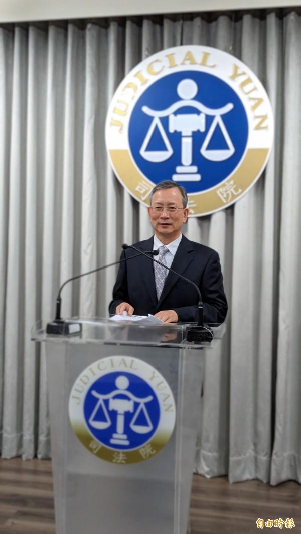 司法院祕書長呂太郎宣讀釋字774號解釋文。(記者吳政峰攝)