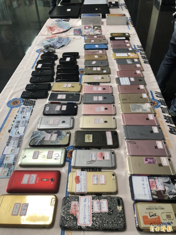 警方查扣大量筆電、手機、現金、無限分享器、強波器等贓證物。(記者許國楨攝)