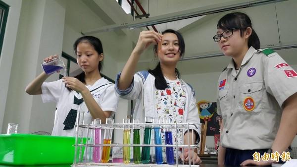 基隆市武崙國中數理資優班推動科學實驗,學生藉由實驗驗證所學。(記者俞肇福攝)