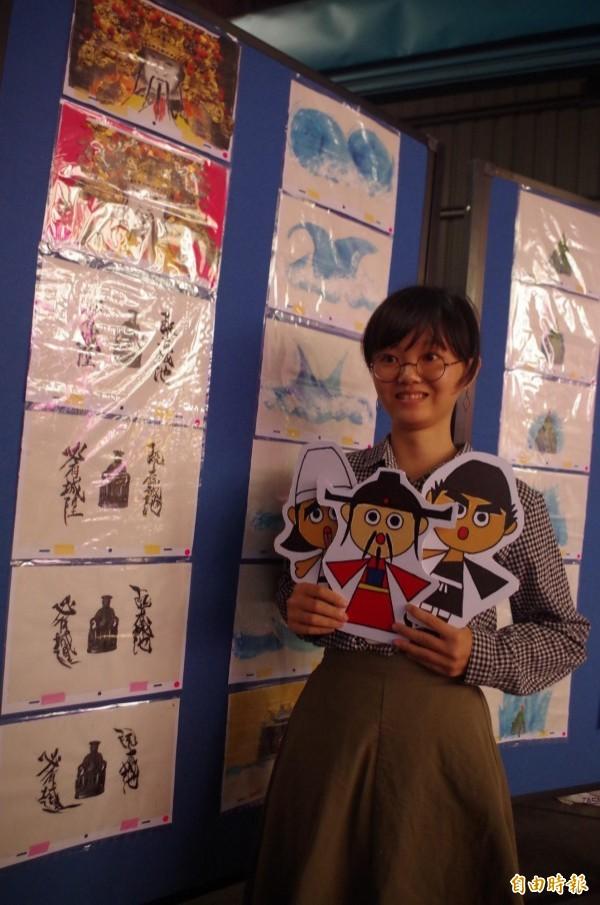 呂孟儒花約1年時間手繪1千張圖,做出介紹嘉邑城隍廟的水墨動畫。(記者王善嬿攝)