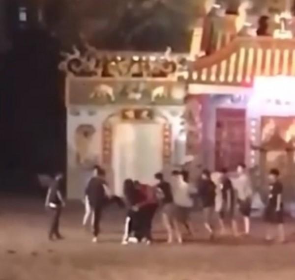 青少年在神明面前鬥毆。(翻攝自臉書黑色豪門企業)