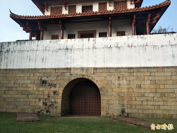 寧南門前目前僅剩2磚造基座。(記者邱灝唐攝)
