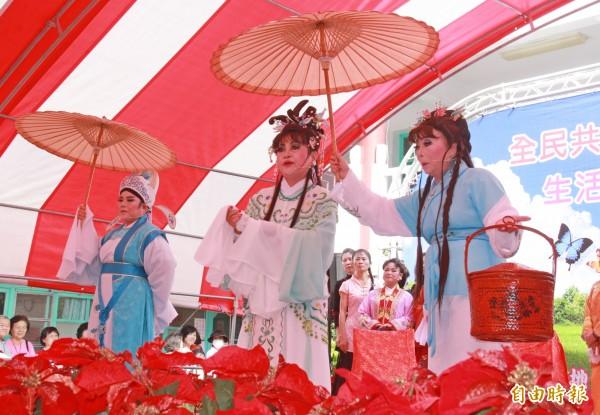 二水長青大學歌仔戲班舉行人生首演,獲得滿堂彩。(記者陳冠備攝)