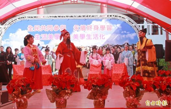 二水長青大學一群平均70歲的樂齡長者首次唱起歌仔戲,表演身段有模有樣。(記者陳冠備攝)