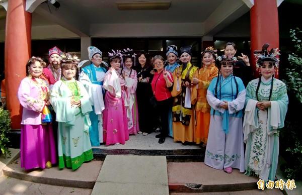 二水長青大學歌仔戲班由平均70歲長者組成千歲團。(記者陳冠備攝)