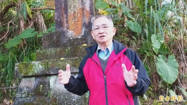 讓峨眉國小開校30周年紀念碑「重見天日」的退休校長姜信淇,說明20年前找到紀念碑的過程,他也認為此碑值得列入文化資產予以保護。(記者廖雪茹攝)