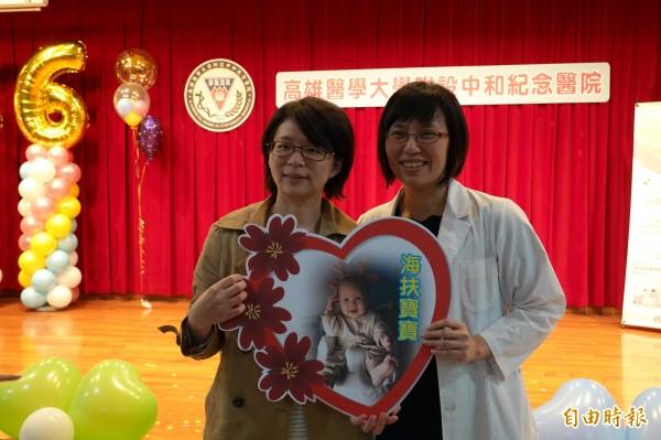莊蕙瑜醫師(右)說,海扶刀治療圓滿婦女生育需求。(記者黃旭磊攝)