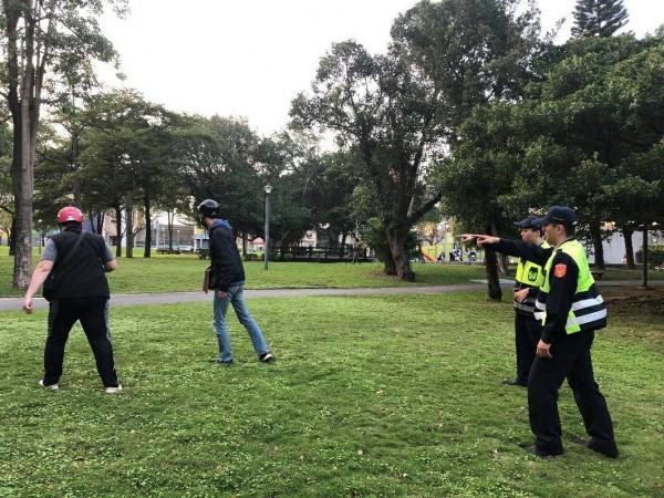 警方實施攔截圍捕,追到西寧北路旁的玉泉公園將2名歹徒逮捕。(記者陳恩惠翻攝)