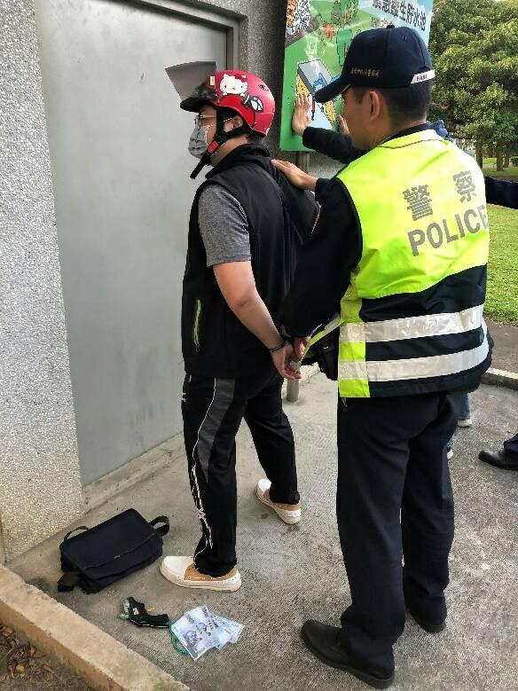 只得棄械投降的歹徒,坦承身上綁的是假炸藥和玩具槍,讓在場員警及圍觀民眾終於鬆了一口氣。(記者陳恩惠翻攝)