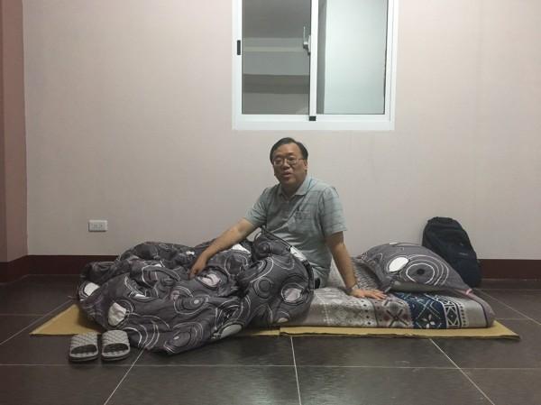 高雄市環保局長袁中新到興達火力發電廠附近民宅打地舖。(記者蔡清華翻攝)
