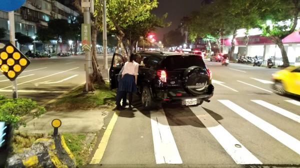 江姓男子的車被撞之後,衝向福國路的中央分隔島,停下後顧不得身上的傷,與妻子一同關心後座女兒的傷勢。(記者陳恩惠翻攝)