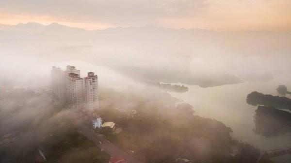 嘉義縣空拍達人王士昇,1月11日在仁義潭旁用空拍機拍到19層高樓「嘉南第一景」在雲霧中的極致美景。(王士昇提供)
