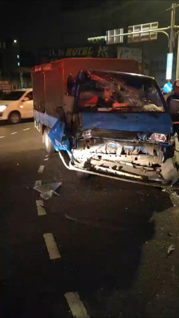 直行中正路的貨車因閃避不及,當場與違規左轉的小客車撞上,車內駕駛與乘客一度受困。(記者陳恩惠翻攝)