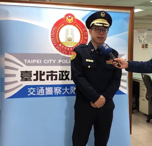 台北市警士林分局交通分隊長黃汝華說明。(警方提供)