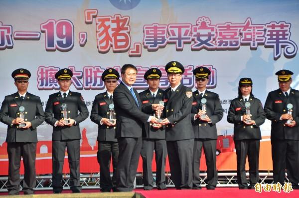 市長黃偉哲(前左)頒獎表揚績優警義消。(記者吳俊鋒攝)